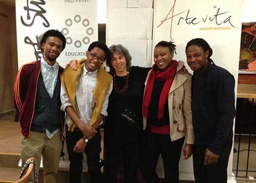Da sinistra a destra: Themba Khumalo, Minekulu Ngoyi, Kim Berman (co-fondatore di Artist Proof Studio), Nompumelo Ngoma e Nkosinathi Simelane